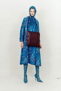niebieska-sukienka-z-kapturem-balenciaga-pre-fall-2017